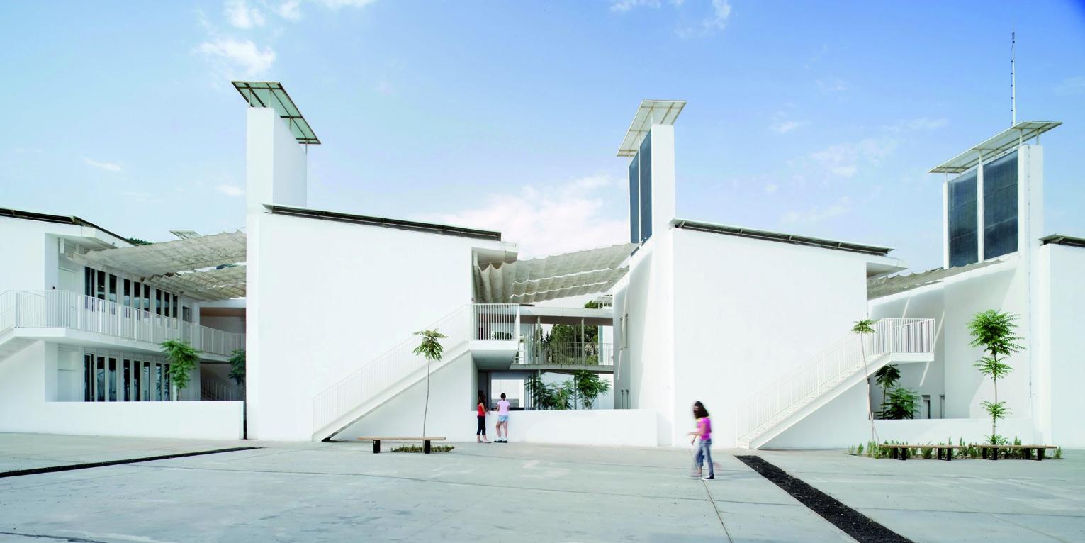 Chaque bâtiment contient 2 salles de classe et chaque salle possède sa propre cheminée solaire