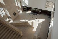 Hall d'entrée avec les caisses depuis le haut de l'escalier